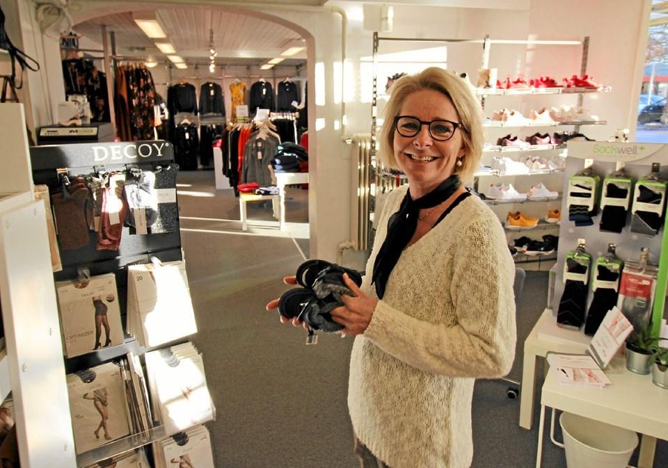 Helle Sørensen fra Skoringen og Laura savner sne og koldt vejr, så hun kan få solgt flere varme støvler.Foto: Jørgen Ingvardsen Jørgen Ingvardsen