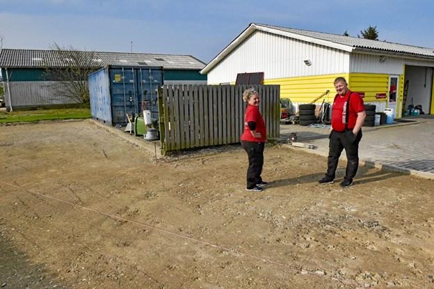 Tilbygningen skal ske i forlængelse af hovedbygningen. Pladsen rundt om skal støbes med fast bund.Foto: Ole Iversen Ole Iversen