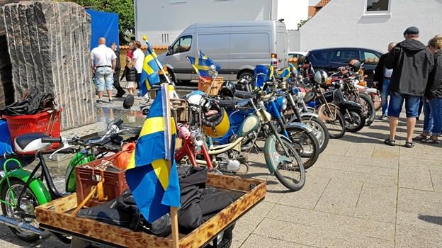 Knallerter på række ved Vandkunsten. Det var en flok svenske gæster der havde taget turen til Skagen. Foto: Ole Svendsen