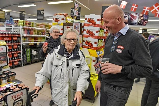 En af kunderne Bodil Overgaard, kommer til at savne butikken og Henrik Nørmølle. - Men så er det godt at jeg har gemt den kalender du var med på engang, siger Bodil med et glimt i øjet. Ole Iversen