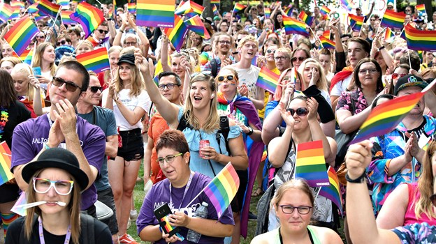 Der plejer at blive sunget og danset, når Aalborg Pride holder fest for mangfoldighed i Karolinelund. Arkivfoto: Hans Ravn