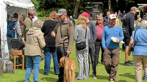 Mange mødte bekendte på markedet og fik en hyggesludder. Foto: Hans B. Henriksen Hans B. Henriksen