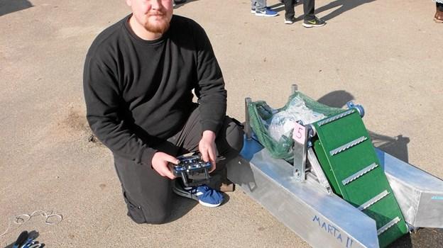 """Jens Laursen er en af idemændene bag denne affaldsopsamler, som i større målestok kan bruges til at samle affald op i havne bassiner. Den hedder i øvrigt """"Martha II""""."""