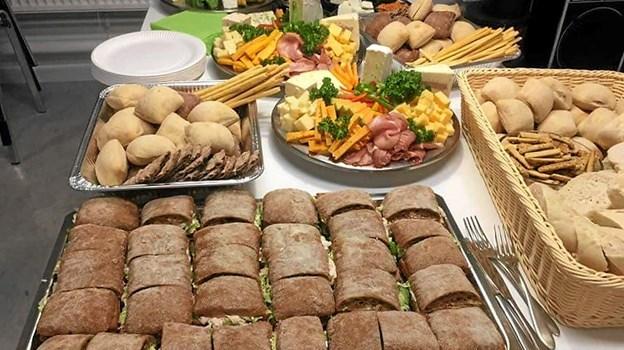Lækker mad og gode vine på Overlade Skole, da Daglig Brugsen Overlade holdt vinsmagning og tapasaften. Foto: privatfoto