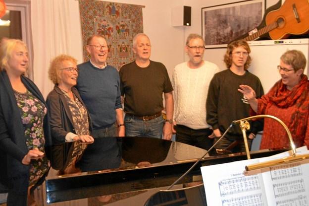 Oktettten ses her sammen med Rikke Kursch t.h. Hun er også organist i Skagen Kirke. Privatfoto.