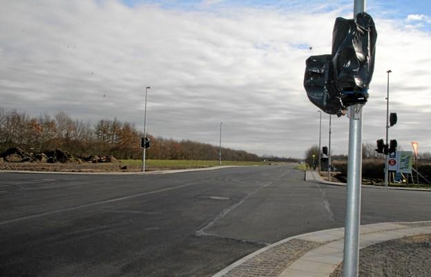 Den ny asfalt er lagt på. Men der mangler både striber og trafiksignaler. Foto: Flemming Dahl Jensen