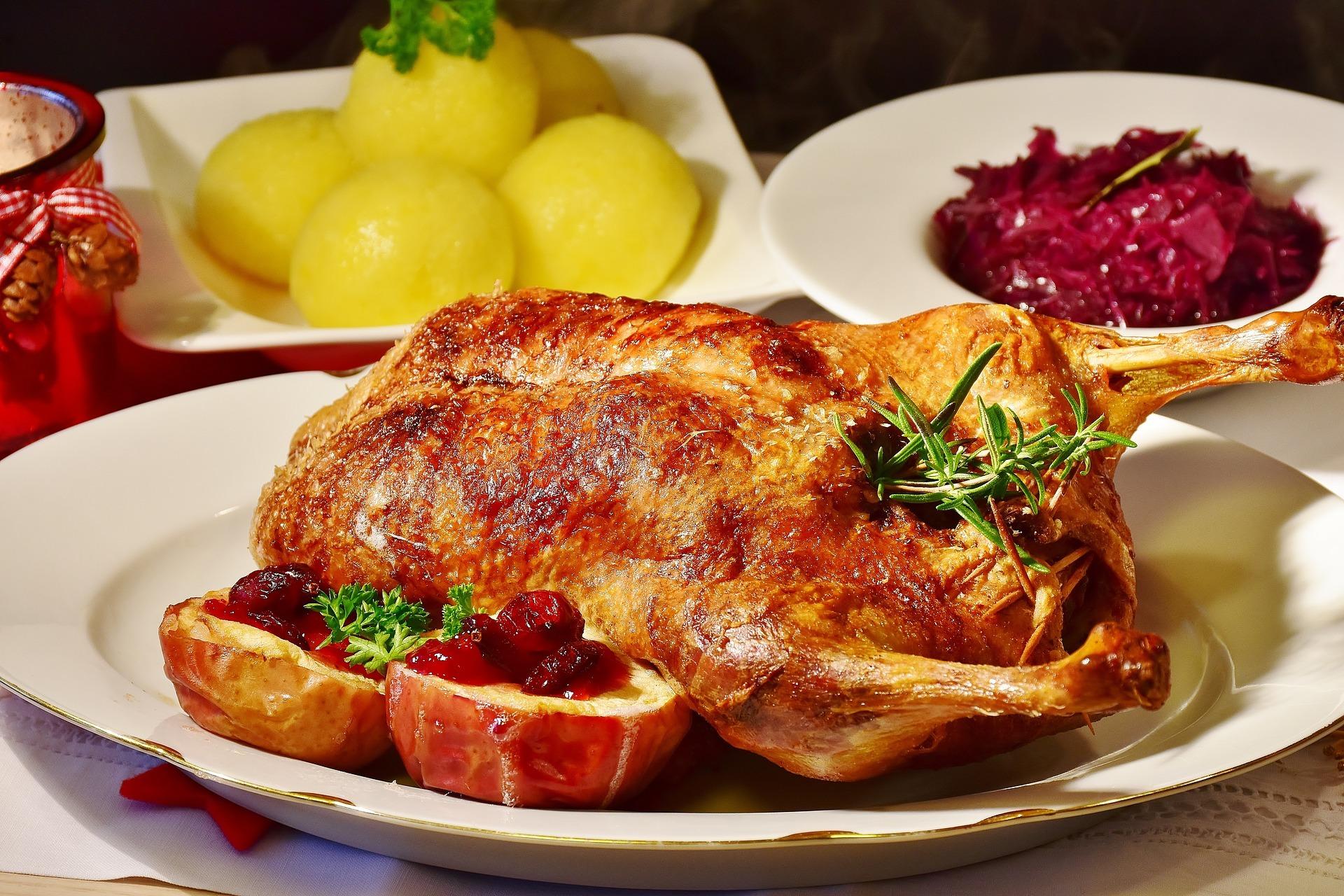 Tricket til en saftig and er at vende den i ovnen undervejs – og sørge for, at der hele tiden er væske i bradepanden. PR-foto