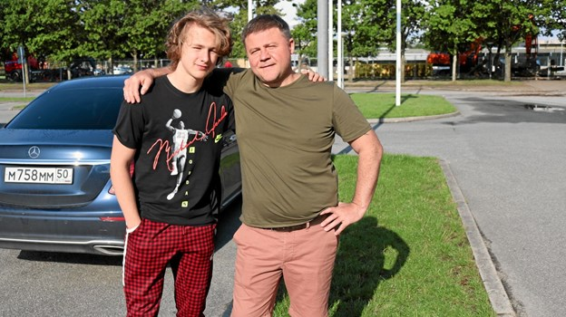 Konstantin sammen med sin far, Nikolaj Yunin, der gerne tog bilen og kørte sønnen de 2.500 kilometer der er fra Moskva til Frederikshavn. Foto: Tommy Thomsen