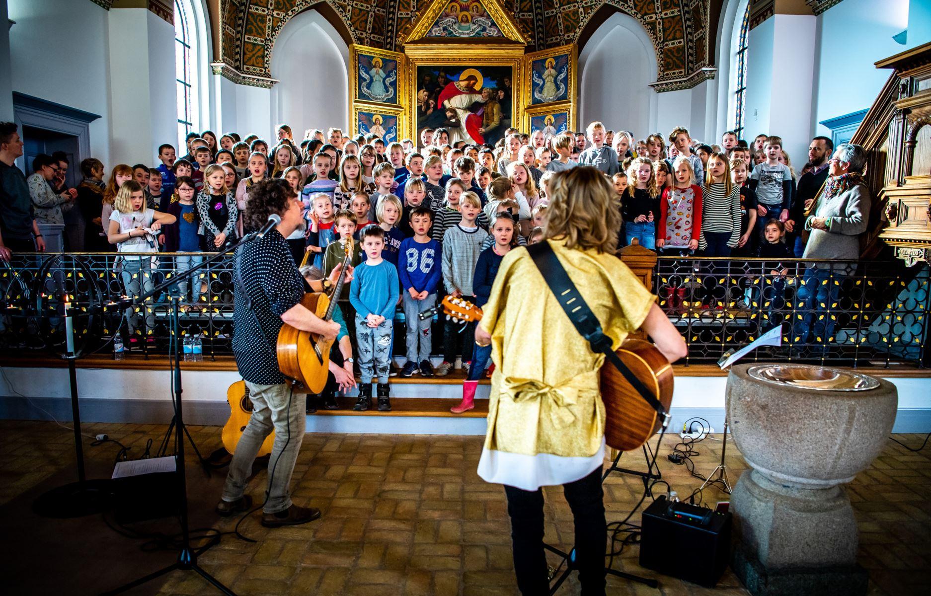 Børn fra Mors var torsdag samlet i Nykøbing Kirke med musikerne Sille Grønberg og Palle Windfeldt