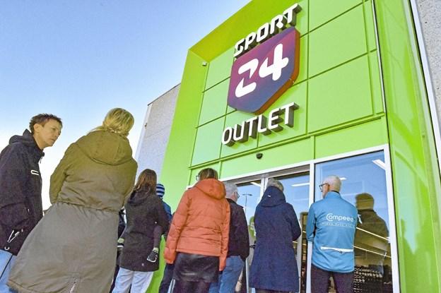 Kø - da Sport 24 Outlet åbnede ved Hvass-kryds i Thisted. Foto: Ole Iversen