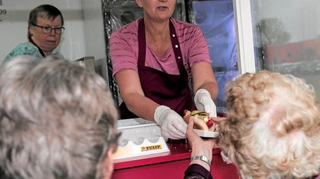Bente Blok og Tanja Kristiansen havde travlt med at lange hotdogs over disken. Foto: Peter Jørgensen Peter Jørgensen