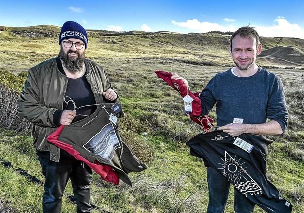 ELSK's nye bæredygtige trøjer kan holde til brug - også i den nordvestjyske vind. Her de to indehavere af ELSK: Lukasz Leszczynski og Lars Riis (th). Foto: Ole Iversen