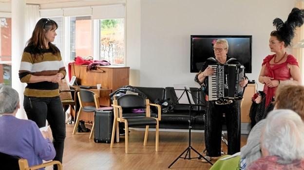 """Ane Møller, leder af Mariebo, byder """"Sidsel fra Kvissel"""" og Gertrud Bjerg velkommen til en times tid med sang og musik, der kan genkalder minder fra tidligere tider. Foto: Niels Helver Niels Helver"""