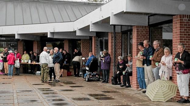 Lidt regn holdt ikke de mange besøgende fra lidt gratis kaffe, brød og bjesk lørdag formiddag. Foto: Peter Jørgensen Peter Jørgensen