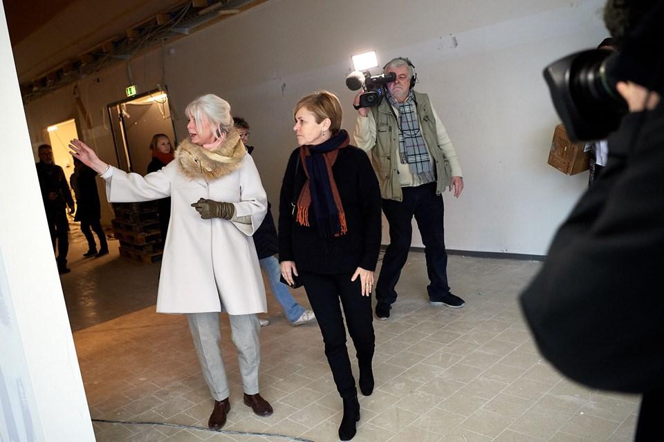 Flere medier var mødt op, da Mette Bock lagde vejen forbi det kommende Center for Papirkunst i Hune.