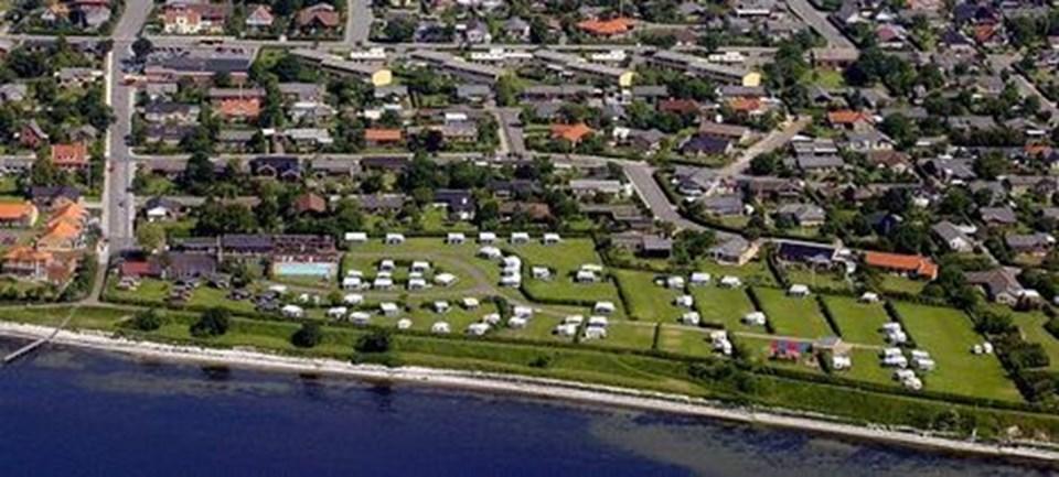 Thisted Camping ligger omgivet af bebyggelse. Derfor må pladsen udvikle sig indenfor de nuværende grænser - blandt andet når der skal laves nye overnatningstilbud, men beliggenheden lægger nogle begrænsninger på mulighederne, konstaterer pladsens ejer. Arkivfoto