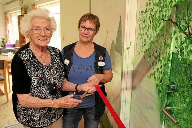 Lizzi Vejrgang klippede snoren til den nye flotte væg, mens centerleder Marianne Sønderby Christensen holdt den røde snor. Foto: Flemming Dahl Jensen