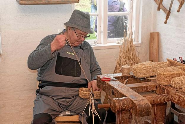 I Husmandsstedet sad Hans og lavede halmsko. Hans har stået i lære hos Søren A, så han kan håndværket. Foto: Niels Helver