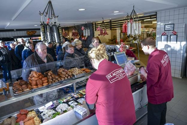 De nyrenoverede lokaler blev hurtigt helt fyldt af kunder, som både ville gratulere, men også købe mad med hjem. Foto: Kim Dahl Hansen