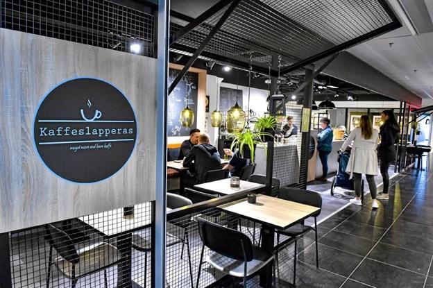 Kaffeslapperas har givet den øverste etage i shoppingcenteret et hyggeligt løft. Foto: Ole Iversen Ole Iversen