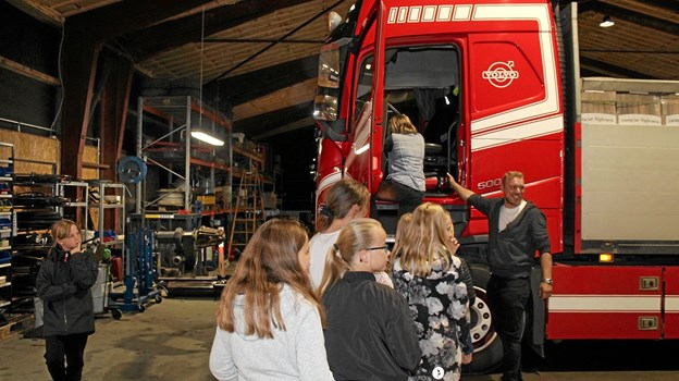 Der var stor interesse hos børnene for at komme op i førerhuset på den store bil. Foto: Hans B. Henriksen Hans B. Henriksen