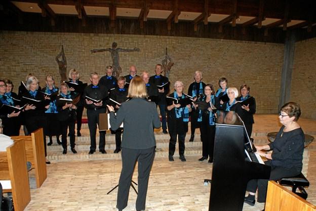 De erfarne korsangere i Vokalisterne, dirigeret af Inge Brink Nielsen og akkompagneret af Eva-Marie Kjæhr, øste af deres righoldige repertoire. Foto: Ole Skouboe