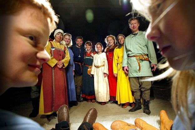 Hele skuespillerholdet på scenen under opførelsen af Mandebod anno 2004. Arkivfoto Torben Hansen