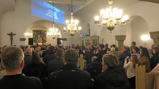 Kirken var godt fyldt fredag aften af konfirmander og pårørende. Foto: Kasper Mølbæk