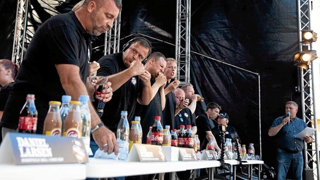 Drømmer du om at stå i finalen til DM i Hotdogspisning? Så er det med at gå i træning... Sidste års vinder blev Ruben Mikkelsen fra Gistrup, der spiste hele 35 hotdogs på et kvarter. Foto: Presse
