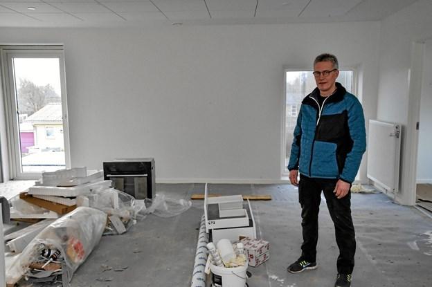 Vi skal nok blive færdigt til 1. marts, siger Peter Boksen Jensen - her i en af de syvende lejligheder med fin udsigt til markerne ved Thisted bys udkant. Foto: Ole Iversen Ole Iversen
