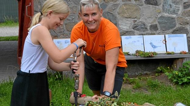 Birgitte Wilsted Simonsen hjælper her Alberte med at lave et insektbo. Foto: Jesper Bøss