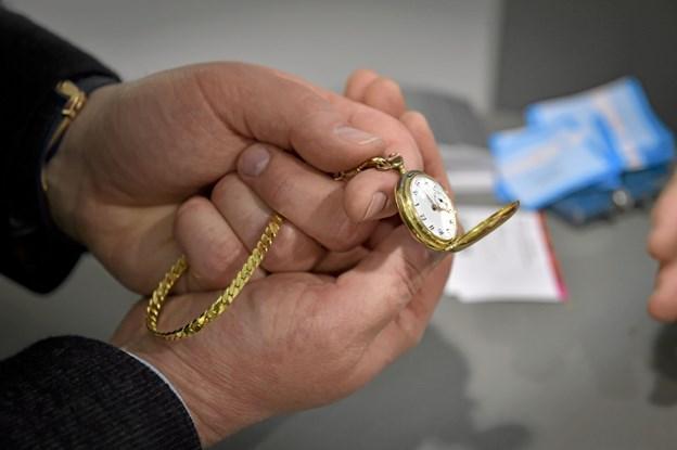 Et lille 14-karats lommer blev vurderet til 3000 kroner - udelukkende på omsmeltningsværdien af guldet. Ole Iversen