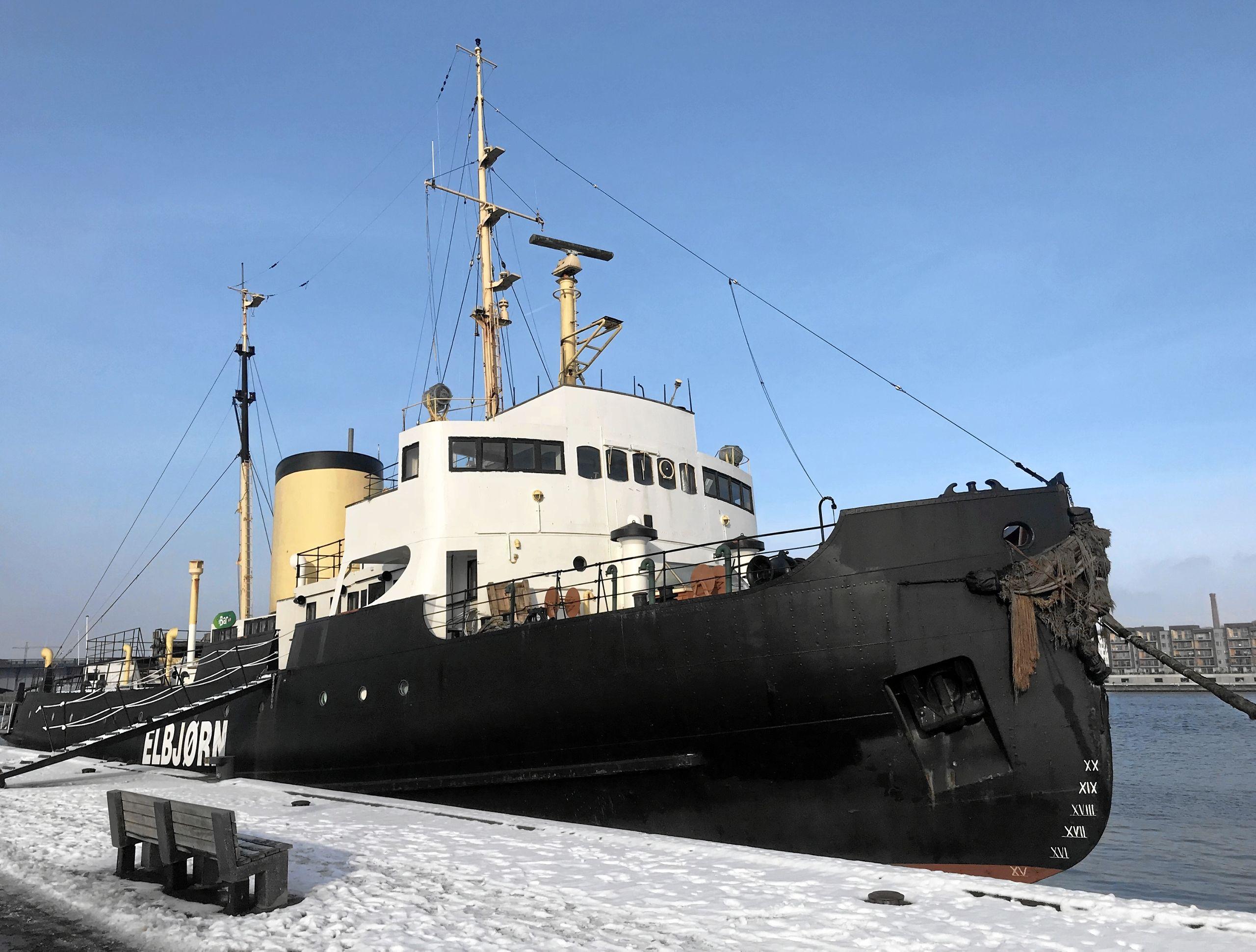 Isbryderen Elbjørn ligger øde og forladt hen ved kajen i Aalborg Havn, og dens videre skæbne er i den grad uvis al den stund, at ejerselskabet bag skibet er under konkursbehandling. Arkivfoto: Torben O. Andersen