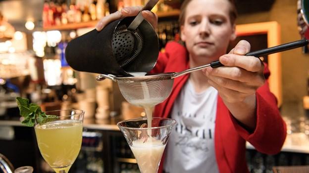 Karoliina Pekkala er i gang med at lave to af de cocktails, som hun selv har udviklet.