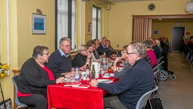 Stemningen fejlede ikke noget og det gjorde maden heller ikke til efterlønsklubbens julefrokost i Byens Hus. Foto: Mogens Lynge Mogens Lynge