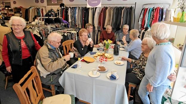 Fødselsdagen blev fejret med kaffe og kagemand i butikken i Nørregade i Dronninglund. Foto: Jørgen Ingvardsen