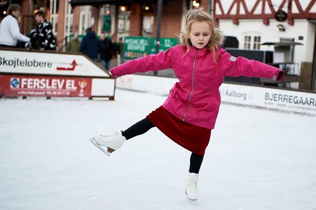 Her er en lille og meget dygtig skøjteprinsesse, der mestrer kunsten at holde balancen under selv de sværeste øvelser og piruetter. Arkivfoto