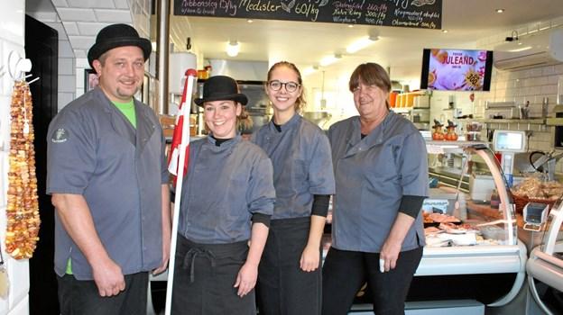 """Fra venstre ses Jan, Joan, Louise og Berit. Berit Nielsen er ansat på halv tid og har rigeligt at gøre sammen med Jan. """"De hører begge til i kulissen"""", siger Joan. """"Og så er det Louise og jeg der modtager ros fra kunderne"""". Foto: Kirsten Lauridsen"""