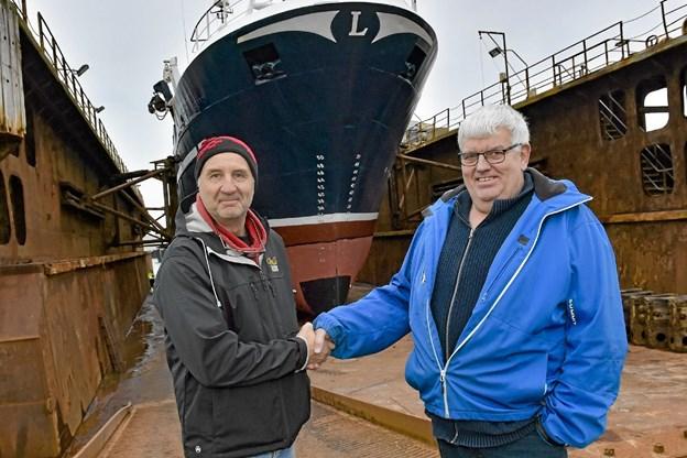 Tak for handlen. Benny Rasmussen og Brian Dickens foran Lingbank, som er ved at blive tilstands-undersøgt af skibsinspektører. Foto: Ole Iversen