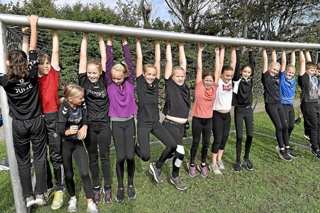 5 B fra Hurup bruger ventetiden på at hænge lidt.... Foto: Ole Iversen