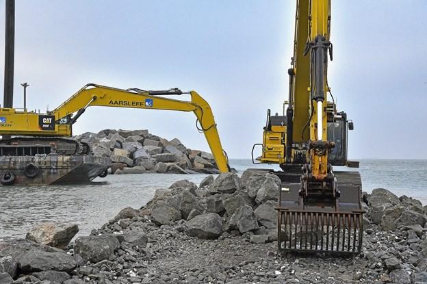 Gravemaskinerne er ved at lukke hullet ved molerne der skal beskytte det nye store baglandsareal, som allerede er 1/3 udlejet. Foto fra 16. nov. 2018