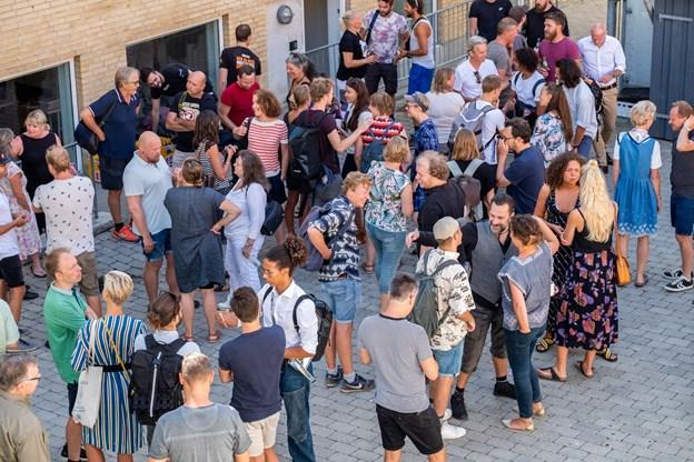 Aalborg Teaters ansatte nyder gensynet med kollegaerne efter en lang sommerferie.