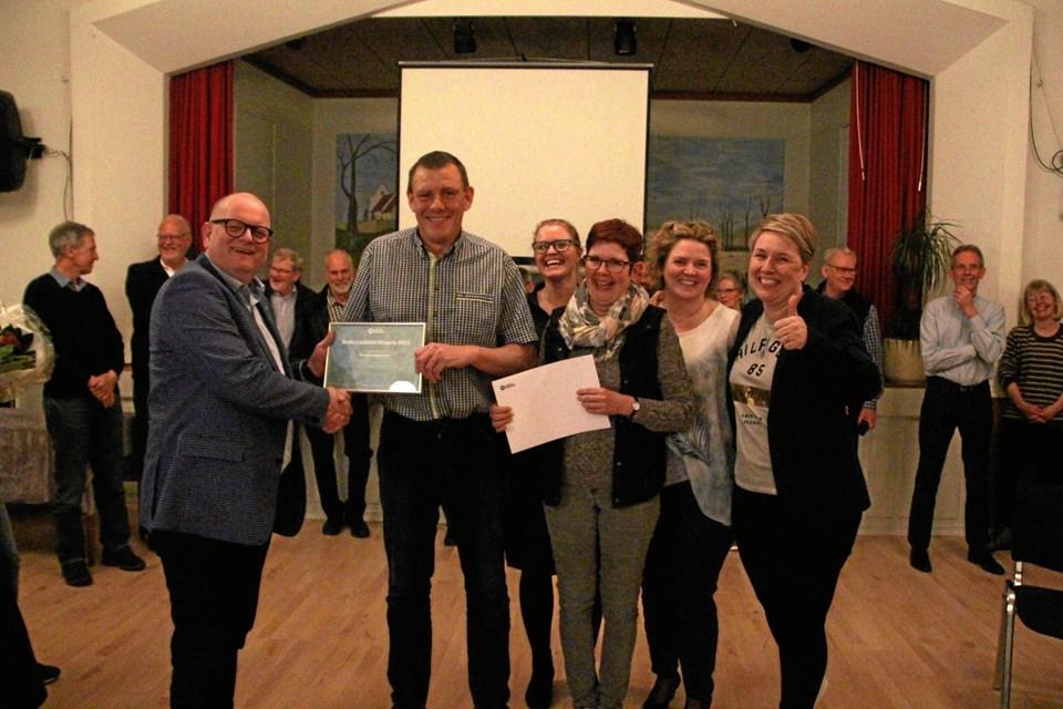 Der var glæde i Gudumholm, da det var madfællesskabet GUF, der fik tildelt Aalborg Kommunes landdistriktapris 2017. Nu kan man nominere til prisen for 2018. Privatfoto