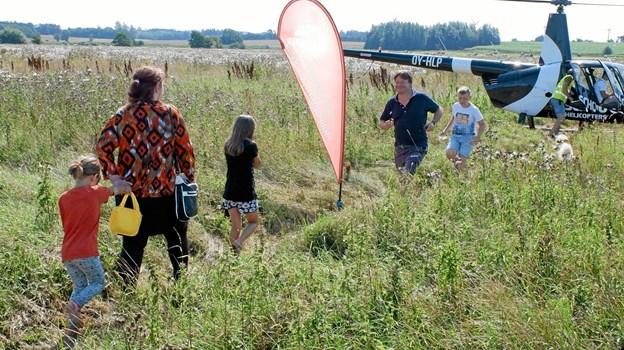 Helikopteren er landet med Thomas Køhler og hans søn Tobias. Nu er Mie med børnene Rebecca og Lærke på vej til deres livs første helikopterflyvetur. Foto: Niels Helver Niels Helver