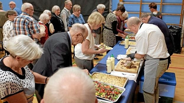 Hovedretten bestod af nakkefilet med flødekartofler og salat. Foto: Niels Helver Niels Helver
