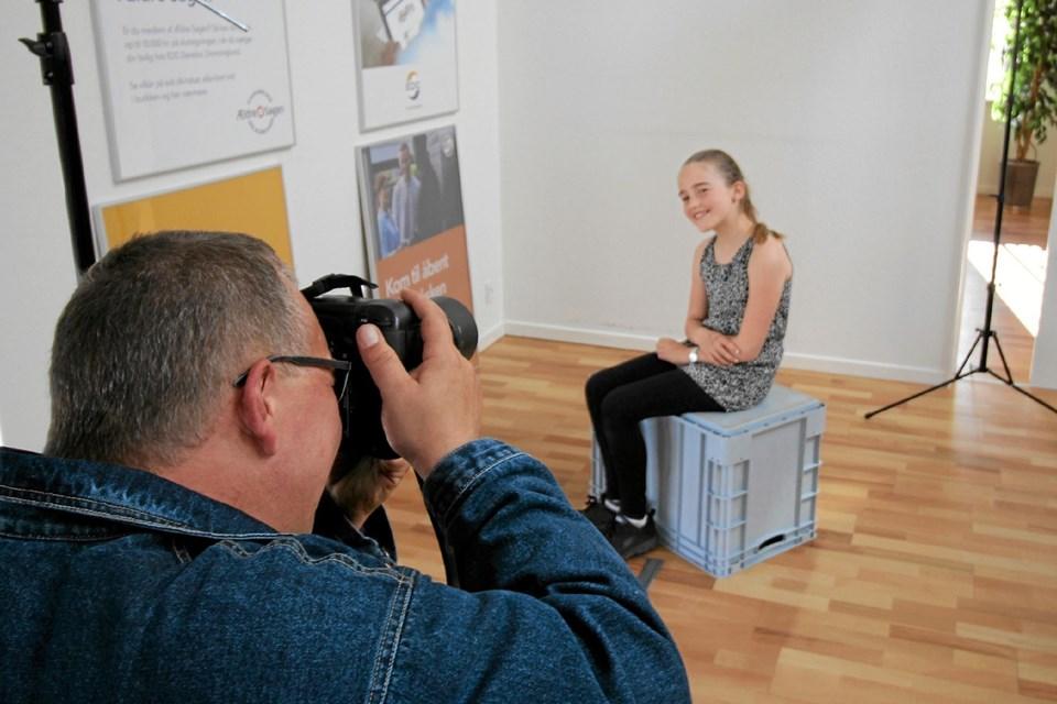 En fotograf fra Danish Models International fotograferede børnemodeller. Her er det Maja Nybro Johansen, der poserer foran kameraet. Foto: Jørgen Ingvardsen Jørgen Ingvardsen