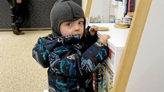 """Svend på 2 år """"hjælper"""" med at lægge ting på plads, mens hans far Gorm Andersen køber maling. Foto: Niels Helver Niels Helver"""