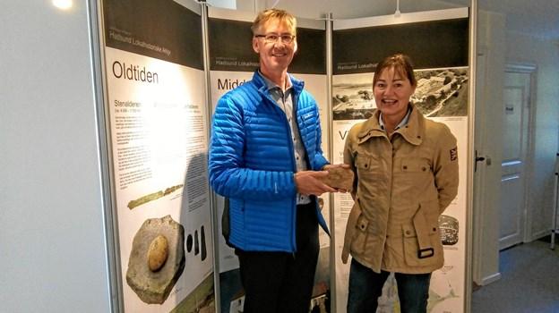 Aksel Fagernæs havde taget sin svigerinde Linda med, og ses her med kopien af stenen. ?Foto: Pia Karstens
