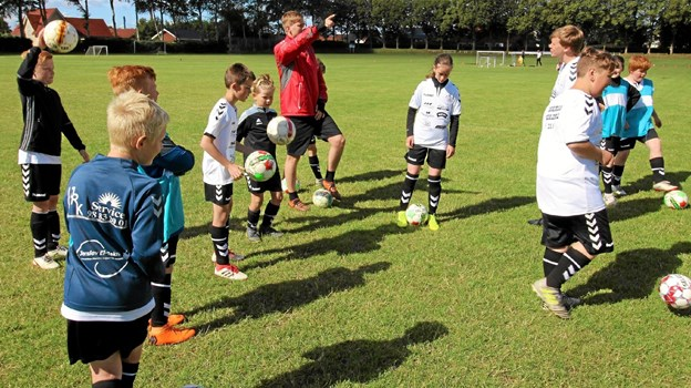 Der blev lært mange nye tricks og finter, da der blev afholdt fodboldskole i Klokkerholm. Foto: Jørgen Ingvardsen