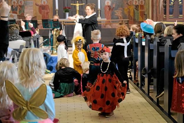 Lea danser rundt i kirken udklædt som en smuk mariehøne. Foto: Niels Helver Niels Helver